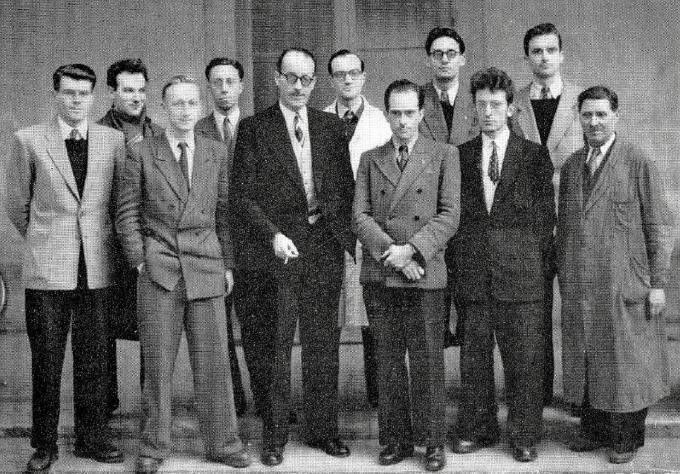 Maurice Letort entourés de ses thésards en 1951 : de gauche à droite, au premier rang, Maurice Letort est le 3ème, Michel Niclause le 4ème et Pierre Le Goff le 5ème.